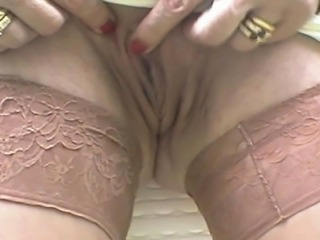 Gisela zeigt ihreTitten draussen und masturbiert