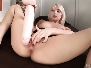 Ashley Jane is too hot to stop fingering her cunt