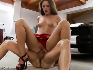 Blonde tramp Vanda Lust has great sexual experience and expands it here and now