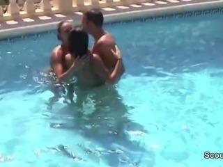 2 Geile Teeny lassen sich von Fremden im Urlaub ficken