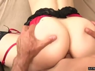 Bootyfull beauty Riley Reynolds lets her lover fuck her fart box
