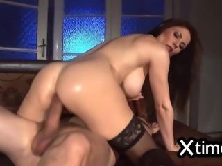 Donna italiana alle prese con un cazzo gigantesco nel culo