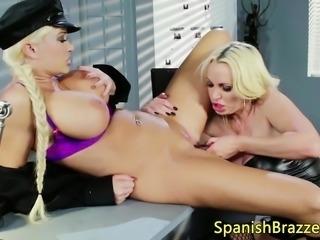 Lesbianas en juego anal con arnes