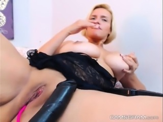 Naughty Milf Cammodel Is Masturbating Tenderly