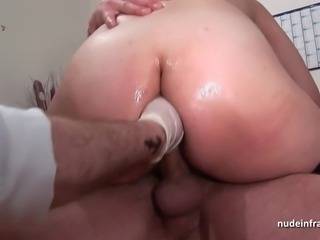 Amateur redhead anal plugged in threesome at the gyneco