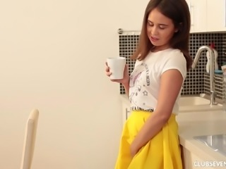 Jenny Fer takes off her yellow skirt for a masturbation session