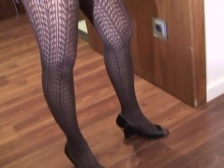 Cute looking mature Patricia with nice ass loves small toys
