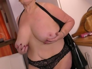 Mature lady Jay loves to play with her giant boobs and rub her pussyhole....